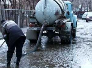 Коммунальщики Саяногорска продолжают борьбу с лужами