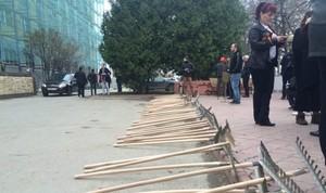 Жители Тольятти подарили Касьянову грабли