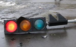 В Черногорске пьяный хулиган разбил светофор и окна