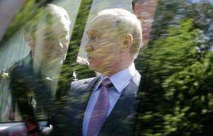 """Генерал оторвал ручку у УАЗ """"Патриот"""", показывая Путину новую технику"""
