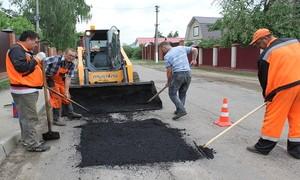 В Черногорске латают дорожные ямы и рисуют переходы