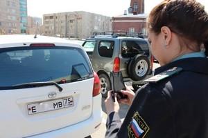 Приставы в Чите начали вычислять должников по номерам машин через сканер в телефоне