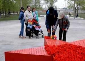 Тысячей гвоздик расцвела в Саяногорске «Звезда Героев»