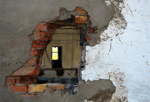 Жительница Черногорска проломила стену дома и похитила деньги и продукты