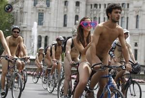 В Великобритании прошёл парад голых велосипедистов