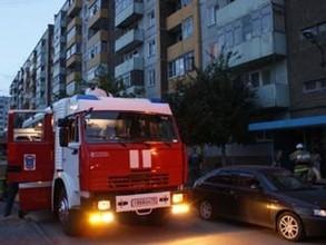 В Саяногорске пожарные вывели из задымленного подъезда 6 человек