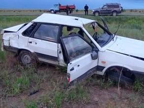 В Хакасии водитель не смог обогнать грузовик и зацепил обочину