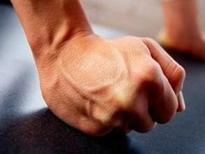 В Саяногорске ждет суд мужчину, избившего зашедшего погреться в магазин подростка