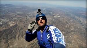 Американский скайдайвер-каскадер совершил удачный прыжок с высоты 7,6 километра без парашюта
