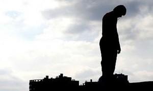 В Хакасии полицейский не дал человеку сорваться с 10-метровой высоты