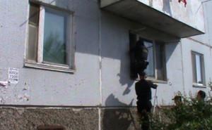 В Саяногорске приставы выселили должников из квартиры