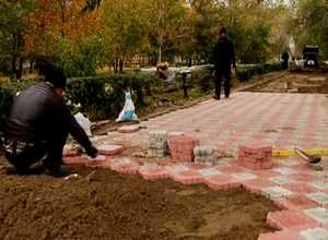 В Саяногорске меняют тротуар