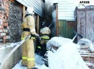 Пожарным Саяногорска удалось отвоевать у огня крышу частного жилого дома