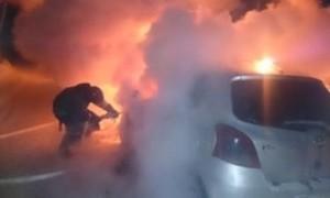 В Саяногорске загорелся автомобиль во дворе