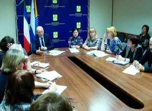 Саяногорские педагоги подняли наболевшие вопросы
