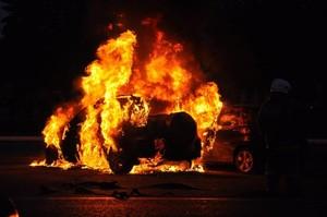 В Саяногорске загорелся автомобиль во дворе дома