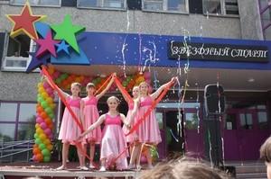 На грант РУСАЛа у Центра детского творчества в Саяногорске появилась уличная сцена