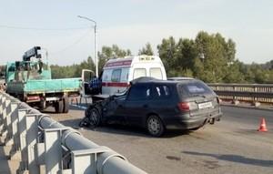 На трассе Абакан - Саяногорск водитель иномарки врезался в грузовик дорожных рабочих