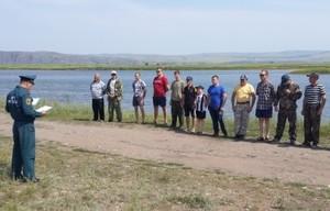 В Хакасии сотрудники МЧС ловили рыбку большую да маленькую