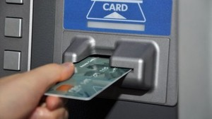 В Хакасии женщина дворник нашла банковскую карту и сняла с нее 50 тысяч рублей
