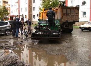 В Саяногорске подрядчика за укладку асфальта в дождь наказали