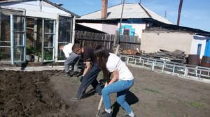 Волонтёры Хакасии помогают одиноким пенсионерам готовиться к зиме