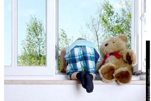 В Саяногорске горе-мамаша оставила дома 3-летнего сына одного