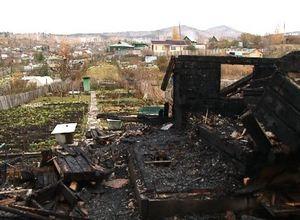 В Саяногорске в огне пострадал частный дом и баня