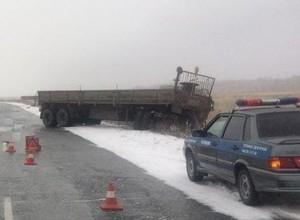 На трассе Абакан - Саяногорск легковушка вылетела на встречку и врезалась в КаМАЗ