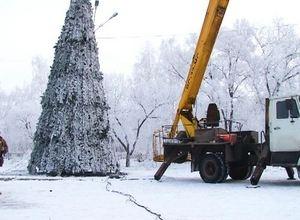 В Саяногорске ставят елки