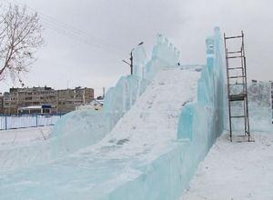 В Саяногорске начался монтаж ледового городка и главной елки