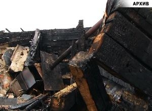 В Саяногорске сгорел дом с надворными постройками