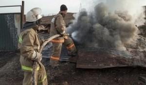 В Саяногорске сгорела времянка и хозпостройки на частном подворье