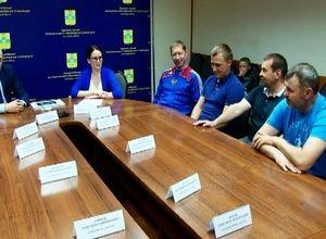 Глава Саяногорска встретился с хоккеистами, вернувшимися с игр ночной лиги