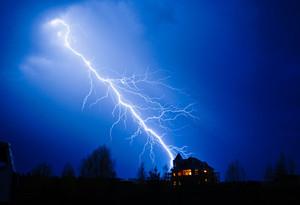 В Саяногорске молния подожгла дачный дом