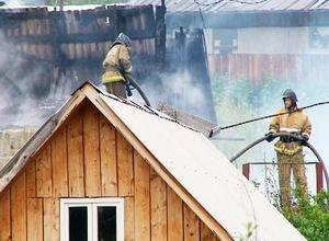 В Саяногорске сгорело два дачных дома