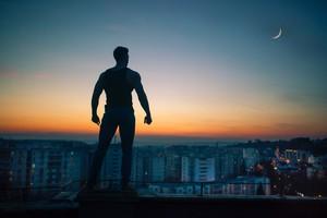 В Саяногорске ревнивец чуть не упал с крыши пятиэтажного дома