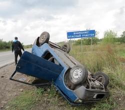 В Хакасии в перевернувшейся на трассе «Оке» погибла женщина