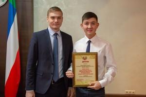 Глава Хакасии вручил премии молодёжным лидерам