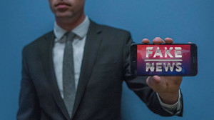 Госдума приняла законопроекты о фейкньюс и неуважении к власти в первом чтении