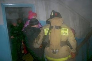 В Саяногорске пожарные спасли семь человек из горящего общежития