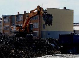 Строительный мусор с территории бывшей трикотажной фабрики начали убирать