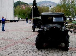 Легендарный военный автомобиль в День победы проехал по Черемушкам