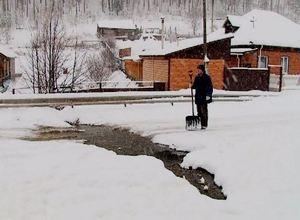 На улице Буровой в Майна закипел безымянный ручей