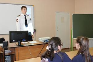 Саяногорские полицейские провели открытый урок для старшеклассников Майнской школы